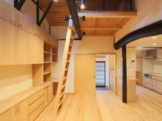 今井町の町家(母屋:改修、はなれ:増築) モダンデザインの リビング の 一級建築士事務所ささりな計画工房 モダン