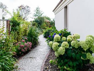 Dom w Bielicach Klasyczny ogród od Gzowska&Ossowska Pracownie Architektury Wnętrz Klasyczny