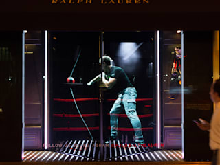 Ralph Lauren Holographic Window Display Espaces commerciaux modernes par Cinimod Studio Moderne