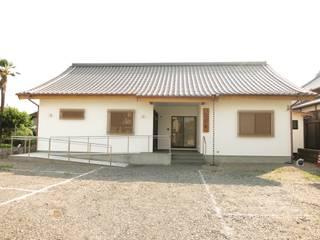 Centros para conferencias de estilo  por 福井建築設計室, Clásico