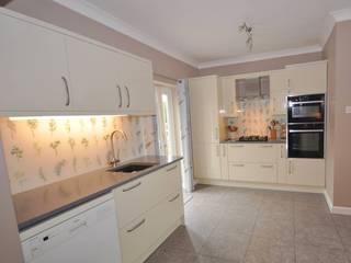 Contemporary Cream Gloss kitchen with glass splashbacks. Klassische Küchen von DIYSPLASHBACKS Klassisch