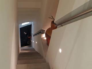 Ossigeno Architettura Mediterranean style corridor, hallway and stairs