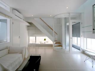 White Cube House: K. Shindo Architects and Associatesが手掛けたリビングです。,