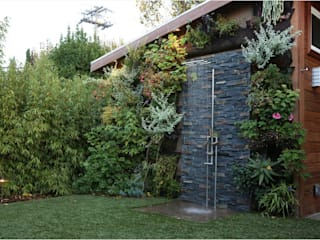 Stonewall Outdoor Shower: rustic Bathroom by HelenaLombard
