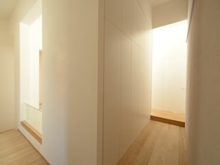 Minimalist corridor, hallway & stairs by Bongiana Architetture Minimalist