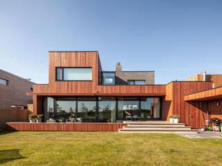Balcones y terrazas de estilo moderno de De Zwarte Hond Moderno
