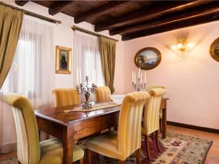 Classic House Interior Photography: Sala da pranzo in stile  di Matteo Crema Fotografo