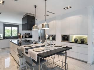 Nhà bếp by Laura Yerpes Estudio de Interiorismo