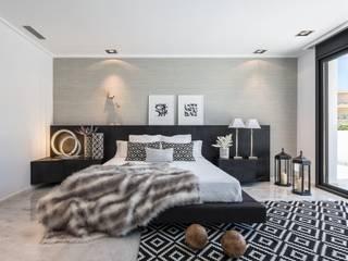 Dormitorio con simetrías en gris Dormitorios mediterráneos de Laura Yerpes Estudio de Interiorismo Mediterráneo
