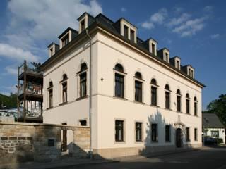 """Denkmalgeschützte Sanierung des ehemaligen Gasthofs mit Ballsaal """"Königs Weinberg"""" Moderne Häuser von Planungsring Ressel GmbH Modern"""