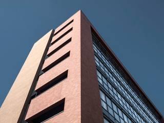 BREME78: Complessi per uffici in stile  di TecMa Solutions