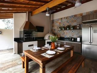 Danielle Tassi Arquitetura e Interiores Rustic style balcony, veranda & terrace