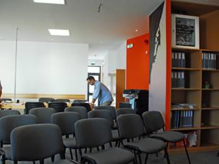 JOÃO SANTIAGO - SERVIÇOS DE ARQUITECTURA Modern study/office Orange