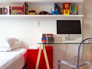 Camera da letto moderna di Estúdio LAFLORENCE. Moderno