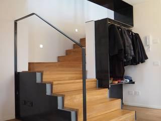 Casa con vista Ingresso, Corridoio & Scale in stile moderno di bernuzzisamoriarchitetti Moderno