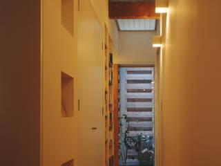 一級建築士事務所アトリエm Modern corridor, hallway & stairs