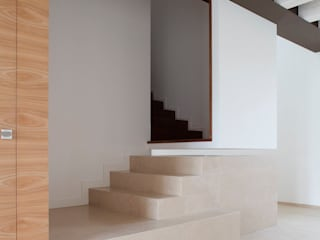 Corredores, halls e escadas minimalistas por EXiT architetti associati Minimalista