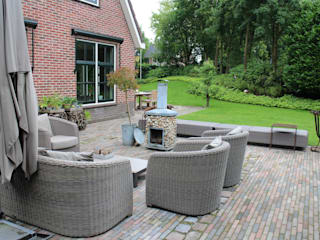 Country style garden by Buro Floris Country