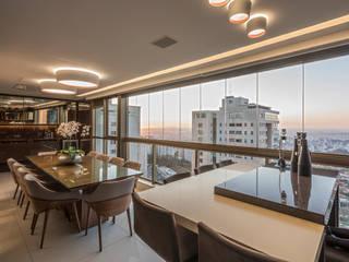 Hiên, sân thượng phong cách hiện đại bởi Interiores Iara Santos Hiện đại
