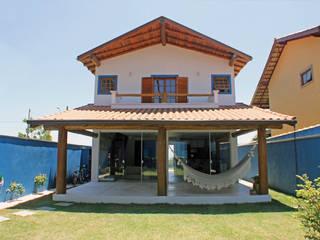 Rustykalny balkon, taras i weranda od RAC ARQUITETURA Rustykalny Lite drewno Wielokolorowy