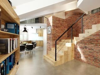 Дизайн студия Александра Скирды ВЕРСАЛЬПРОЕКТ Couloir, entrée, escaliers industriels Briques Marron
