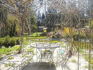 Altipiani di Arcinazzo Villa con pianeggiante e ampio giardino, terrazzo, gazebo, laghetto: Case in stile  di immobiliare sublacense
