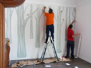Instalando el mural 'Bosc Santamans' de THE WALLERY