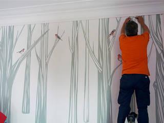 Instalando el mural 'Bosc Santamans' THE WALLERY