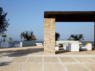 """La tendencia """"industrial"""" también en suelos para ambiente en exterior: Casas de estilo  de Azulejos Peña s.l."""