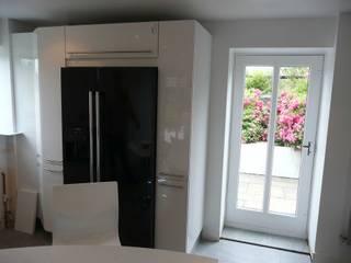 Compact High Black Gloss Nhà bếp phong cách hiện đại bởi PTC Kitchens Hiện đại