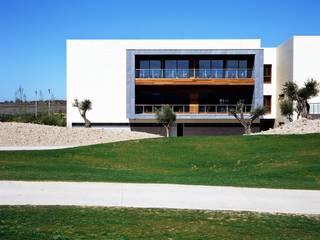 Hotel y casa club Campo de Golf El Encín: Casas de estilo  de Herrero/Arquitectos