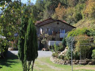 Nhà phong cách mộc mạc bởi Naro architettura restauro 'Dein Landhaus im Piemont' Mộc mạc