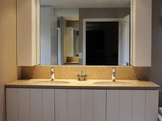 Salle De Bain: Salle de bains de style  par Lisa Paunovitch Design