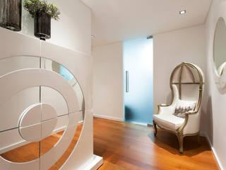 Elegant City Apartment: Corredores e halls de entrada  por EMME Atelier de Interiores