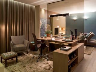 Phòng học/văn phòng phong cách kinh điển bởi Interiores Iara Santos Kinh điển