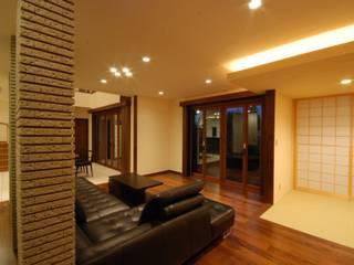 うらわの家: 株式会社 中村建築設計事務所が手掛けたリビングです。