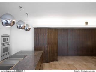 Calle Salvador Espriu Moderne Esszimmer von Inglis Badrashi Loddo Modern