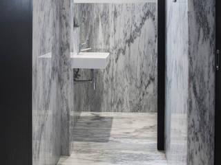 Baños modernos de MM NATURSTEIN GMBH Moderno