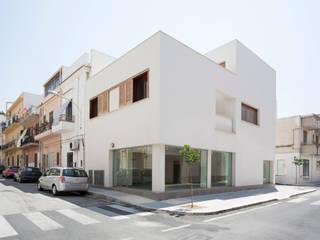 EDIFICIO RESIDENZIALE E NEGOZIO A BALESTRATE Case moderne di AM3 Architetti Associati Moderno