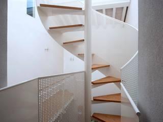 Scala a chiocciola in ferro verniciato e legno: Ingresso & Corridoio in stile  di Lormet Steel Design