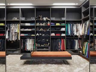 Residência Condomínio Hibisco: Closets  por Estela Netto Arquitetura e Design,Clássico