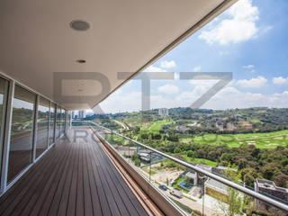 Balcones y terrazas modernos: Ideas, imágenes y decoración de RTZ-Arquitectos Moderno