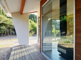 石巻町の家: 株式会社kotoriが手掛けたテラス・ベランダです。,