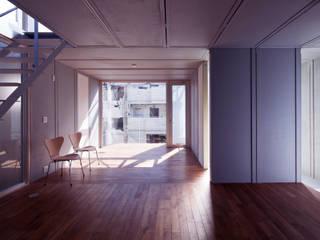 線と面の家:世田谷の狭小二世帯住宅 モダンデザインの リビング の AIRアーキテクツ建築設計事務所 モダン