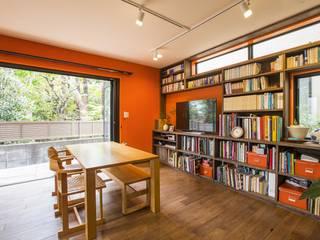 室内も窓からの緑も… 色彩あふれる毎日を暮らす: 株式会社スタイル工房が手掛けたです。