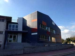 Facciata ventilata edificio scolastico:  in stile  di Creativa S.r.l.