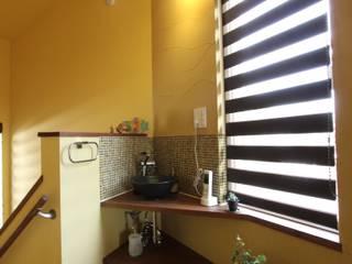 ナチュラルスタイルでゆったり暮らす: アトリエグローカル一級建築士事務所が手掛けた浴室です。,