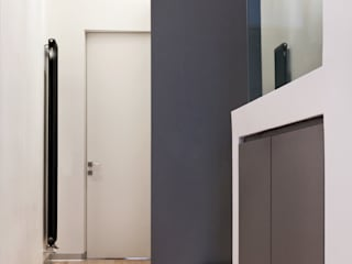 Modern corridor, hallway & stairs by Maria Eliana Madonia Architetto Modern
