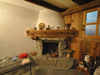 Caminetto in pietra: Soggiorno in stile  di Sangineto s.r.l
