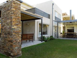 Moderna Piedra y Color: Casas de estilo  por LLACAY arquitectos